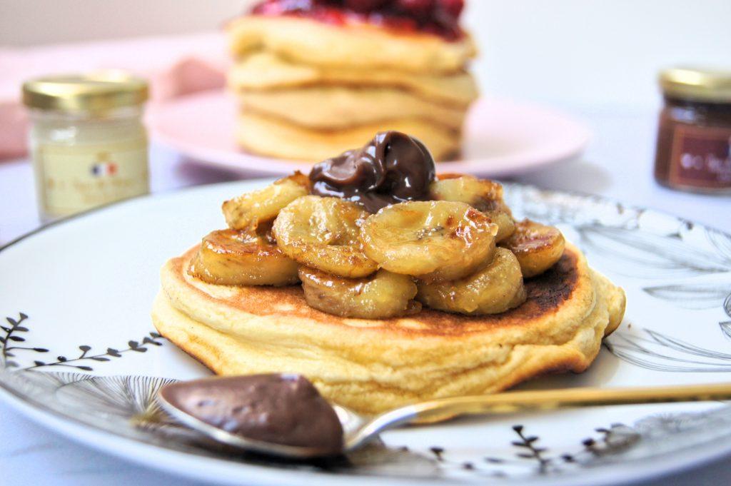 Fluffy pancakes avec des bananes caramélisées et pâte à tartiner au chocolat.