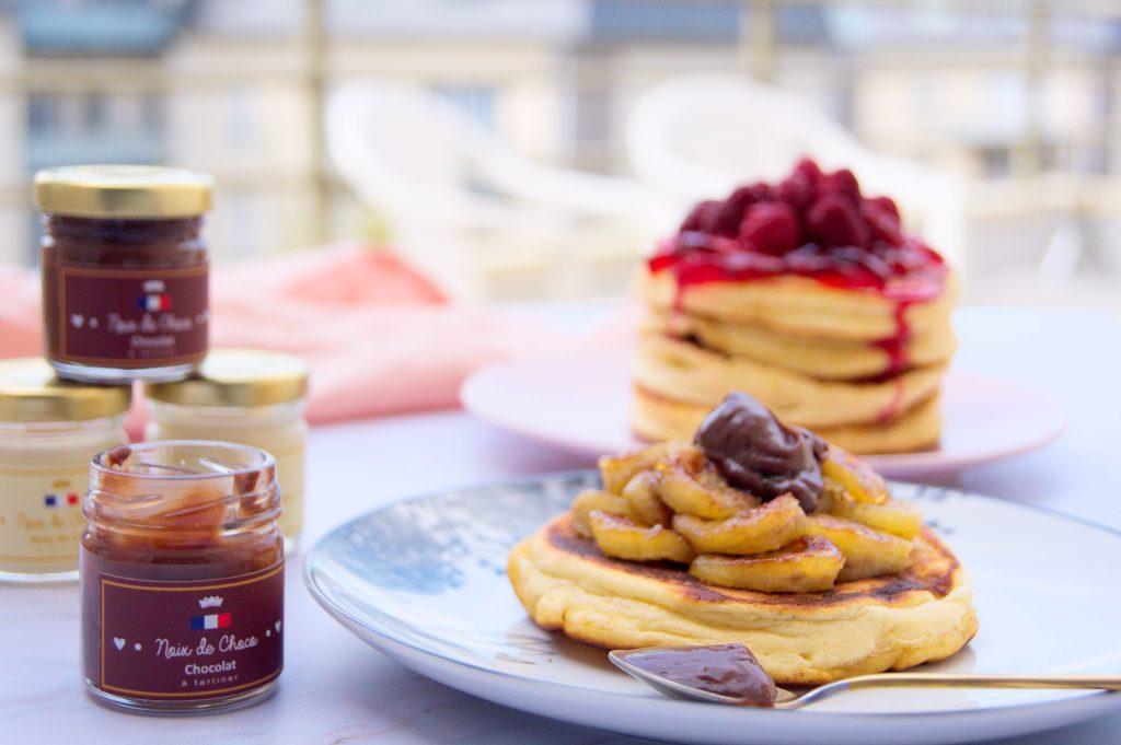 Fluffy pancakes avec des bananes caramélisées et pâte à tartiner au chocolat ou pancakes moelleux avec de la confiture et framboises - Recette par Noix de Choco