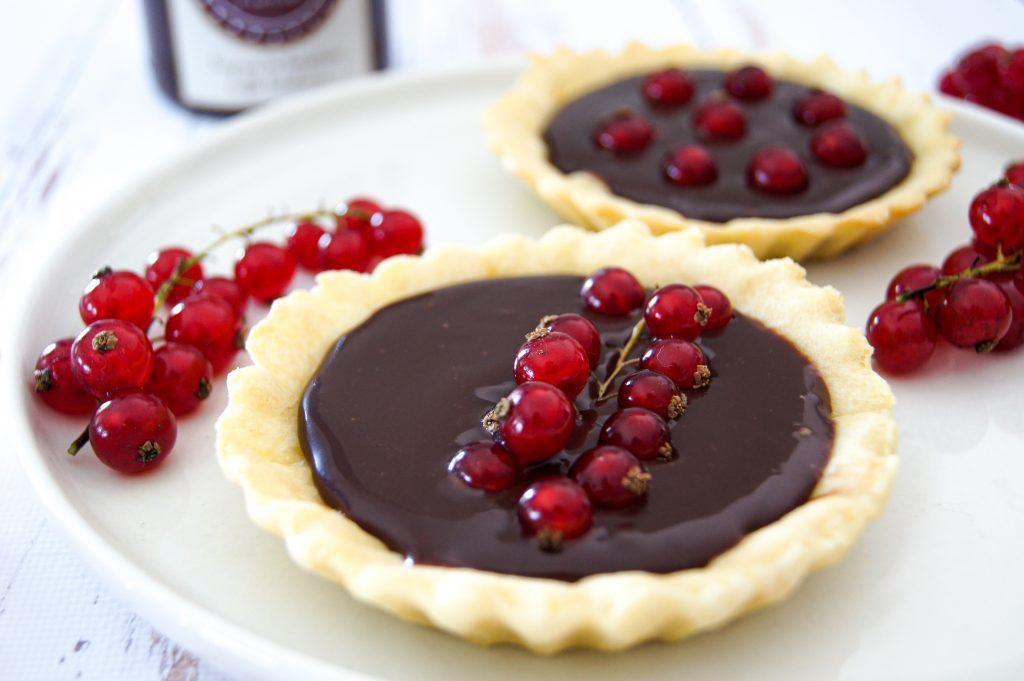 Les tartelettes ont été garnis avec de la pâte à tartiner au chocolat - Noix de Choco