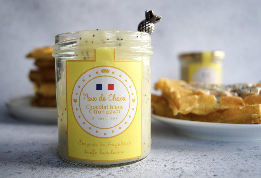 Pâte à tartiner au chocolat blanc citron et graines de pavot.