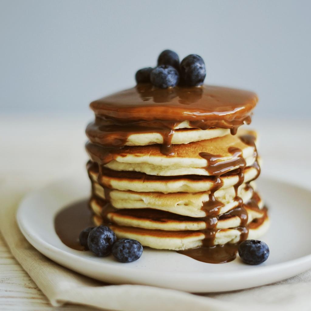 Pancakes au chocolat à tartiner fondu quelques secondes au micro-ondes.