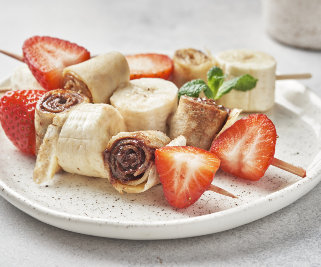 Brochettes de crêpes à la pâte à tartiner au chocolat et fruits.
